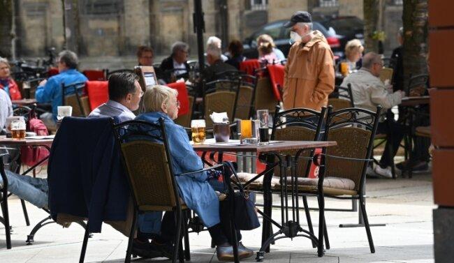 Die Möglichkeit, auf Freisitzen etwas essen und trinken zu können, wurde am Montag nicht nur an der Inneren Klosterstraße rege genutzt.