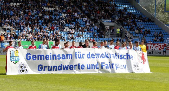 Unter den Augen des kurzfristig angereisten sächsischen Ministerpräsidenten Michael Kretschmer (CDU) zeigten die Spieler beider Regionalliga-Teams vor dem Anpfiff ein Plakat mit der Aufschrift «Gemeinsam für demokratische Grundwerte und Fairness».