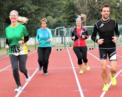 Beim Lauftag erhielten die Schüler Unterstützung durch Thomas Schröder (r.) und Claudia Richter (2. v. r.) von der Falkenauer Laufgruppe. Auch Lehrerin Carmen Dörfler (2. v. l.) war aktiv dabei. Praxisberaterin Anett Brandt mischte im Organisationsteam mit.