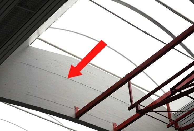 Die Risse in den Holzleimbindern (roter Pfeil) haben sich rapide ausgebreitet. Jetzt soll eine aufwändige Sanierung helfen.