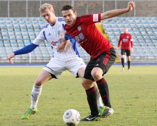 Im Testspiel gegen den Regionalligisten FC Carl Zeiss Jena vor einer Woche konnten Marc Hensel (rechts) und der Chemnitzer FC nicht so richtig überzeugen. Sören Eismann und sein seine Jenaer Teamkollegen trotzten den Chemnitzern ein 2:2 ab.