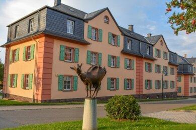 """Mit der Bronzestatue """"Bergmannskuh"""" ist das Quartier Ende 2018 von der Stadt Oelsnitz aufgewertet worden."""