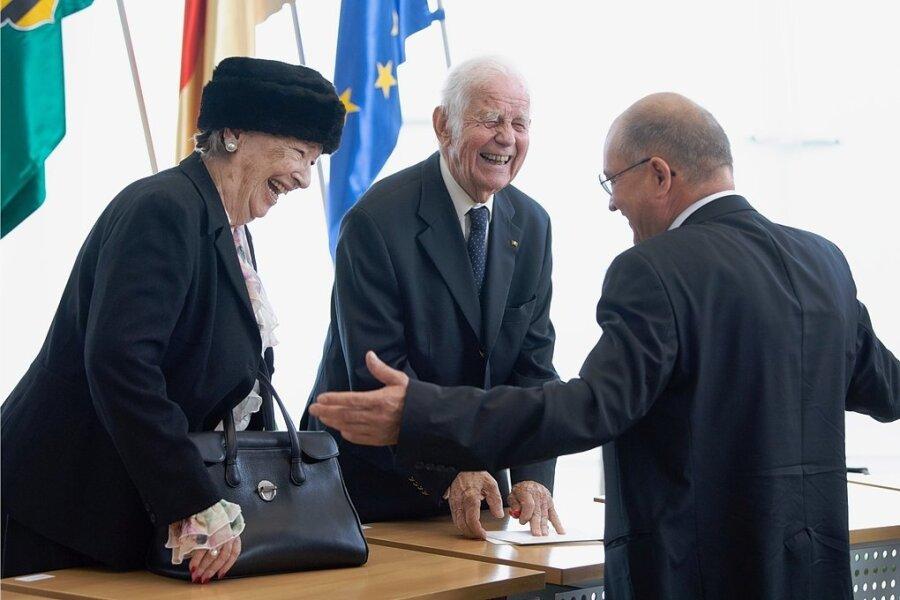 Wie in alten Zeiten: Festredner Arnold Vaatz (rechts) war von 1990 bis 1998 Minister unter Regierungschef Kurt Biedenkopf (Mitte, neben Frau Ingrid), am Samstag saßen alle drei im Landtag vorn und umarmten sich zur Feierstunde von 30 Jahren Sachsen und Deutsche Einheit.