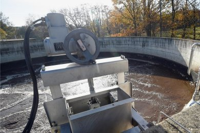 Rathausmitarbeiter André Stoll kontrolliert die mechanisch-biologische Kläranlage in Mühlau. Der Betreibervertrag soll neu geregelt werden. Dafür sind im Haushaltsplan Investitionen zur Umbindung des Abwasserkanals in Höhe von rund 600.000 Euro geplant.