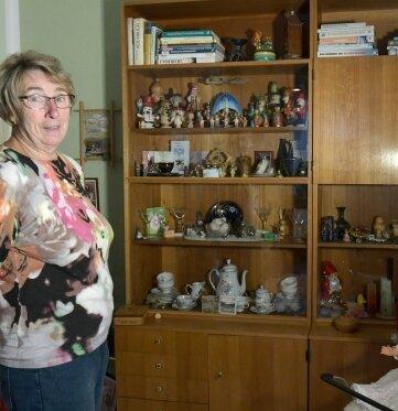 Sonja Morgenstern mit zwei Teilen der ehemals vierteiligen Schrankwand.