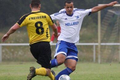 Tony Thiam (rechts, hier im Testspiel gegen den BSC Freiberg) zieht sich in dieser Saison wieder das Trikot des VfB Empor Glauchau über.