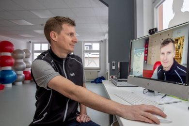 Lars Kohlsdorf ist der Mann vor der Kamera. Der Physiotherapeut zeigt Übungen und behält die Teilnehmer im Blick. Technisch umgesetzt wird das mit der Videotelefonie-Software Zoom. Das Praxisteam unterstützte auch ältere Patienten bei technischen Problemen.