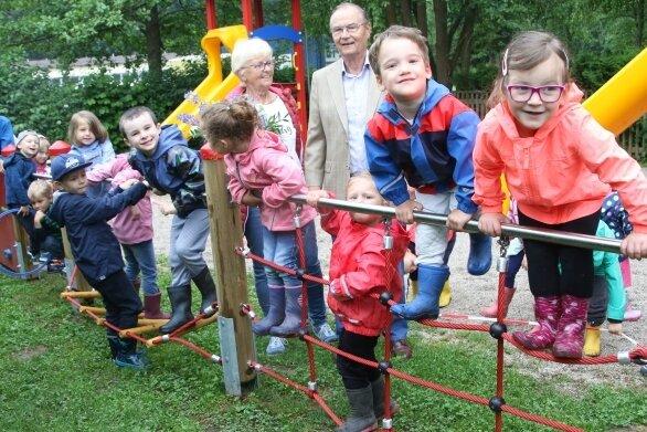 Helga und Jochen Burgdorf freuen sich mit den Kindern über die neuen Spielgeräte.