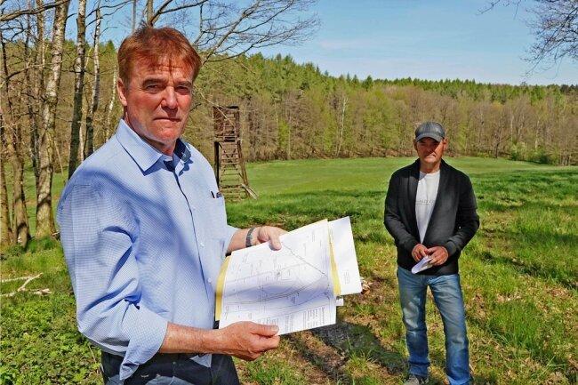 Die Moseler Friedrich Günther (links) und Bert Tschernak wollen verhindern, dass in der Senke im Hintergrund ein Windrad gebaut wird. Doch die Genehmigung für das Projekt liegt schon vor.