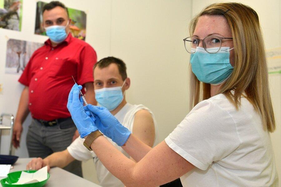 Jasmin Rudolph hat am Donnerstag eine der letzten Spritzen im Impfzentrum Mittweida gesetzt, hier im Bild mit René Illig (l.), dem Leiter der Einrichtung, und Apotheker Konrad Mühmel, der über 100.000 Spritzen aufgezogen hat.