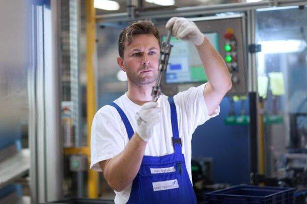 Ralf Grzibek, Mitarbeiter der Koki Technik Transmission Systems aus Niederwürschnitz, prüfte ein Bauteil für ein Schaltgetriebe.