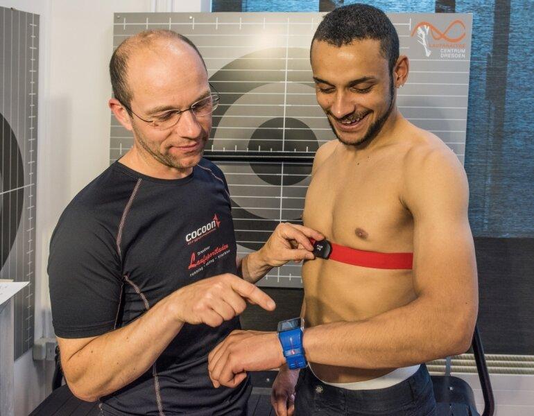 Ralf Kindermann (re.) und Lutz Melzer (li.) vom Dresdner Laufsportladen demonstrieren die Herzfrequenzmessung mittels Brustgurt und die drahtlose Übertragung der Daten auf eine Sportuhr von Polar. Die Werte sind EKG-genau.