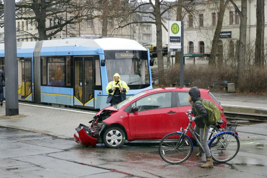 Kollision zwischen Straßenbahn und Toyota