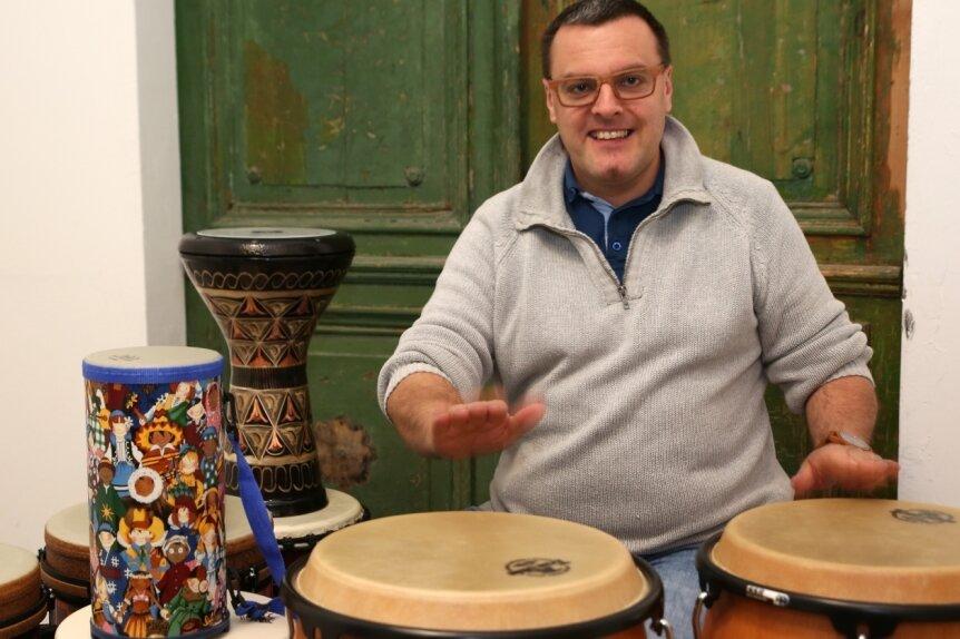 Percussionist Falk Wichtlhuber aus Lauter-Bernsbach. Er bietet seinen Trommel-Kreis auch in der Justizvollzugsanstalt Chemnitz an.