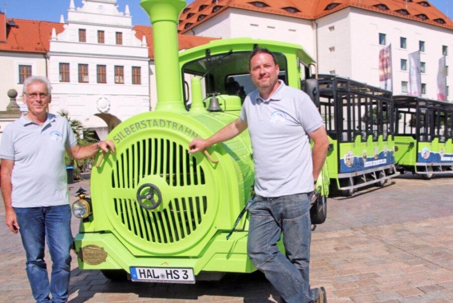 Aus Halle eingetroffen: die Silberstadtbahn wurde am Dienstag auf dem Schloßplatz präsentiert, hier der hauptamtliche Bahnchauffeur David Matzig (r.) und sein Co-Chauffeur Mathias Zincke.