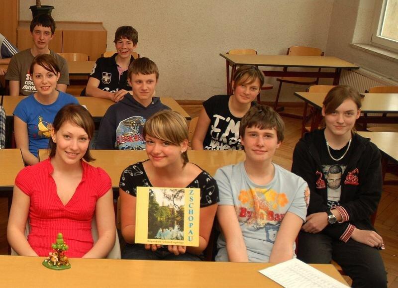 Erzgebirgische Erzeugnisse und ein Buch über Zschopau gehören zu den Geschenken, die Schüler der 9 b der Nexö-Mittelschule mit nach Ufa nehmen.