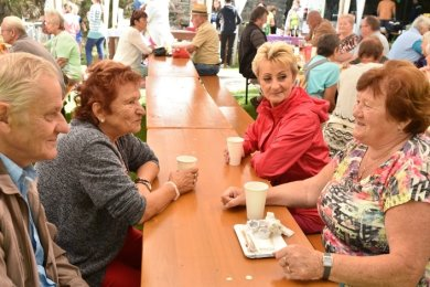 Endlich wieder näher beisammen: Bürger aus Tschechien, Bayern und dem Vogtland trafen sich an der Stelle des ehemaligen Ortes Kaiserhammer im Dreiländereck.