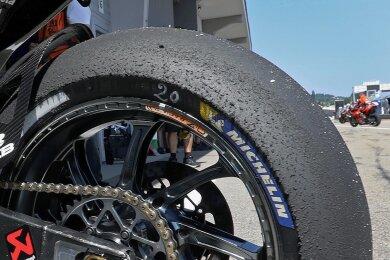 So sieht der Hinterreifen des 22-jährigen WM-Führenden Fabio Quartararo nach acht Minuten Fahrzeit im zweiten Training aus. In der Königsklasse MotoGP rüstet Michelin die Teams aus.