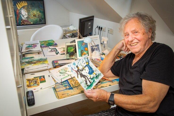 Grafiker Wolfgang Belz übt seine Kunst immer auch mit einem Augenzwinkern aus. Der 86-Jährige ist fitter, körperlich und geistig sowieso, als mancher Mittdreißiger.