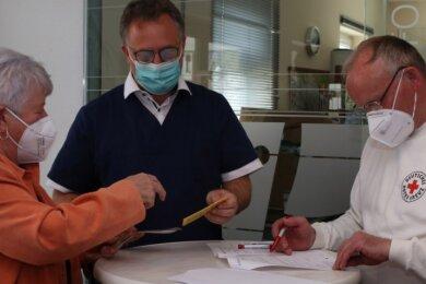 Ursula Hannig freute sich über ihren Impftermin. Zum Team im Volkshaus gehörten auch Mediziner Andreas Einenkel (Mitte) aus Thum und Michael Brändel vom DRK-Ortsverein.