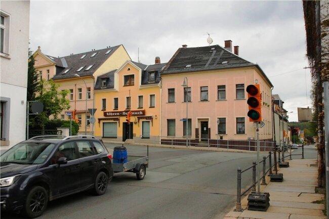 Noch geht es an der Kreuzung Zwickauer Straße/Reichenbacher Straße in Lengenfeld vergleichsweise ruhig zu. Das könnte sich ab Montag ändern. Die Ampeln, welche dann für einen unfallfreien Verkehr sorgen sollen, sind schon aufgestellt.