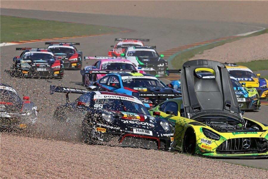 Zu einem Blindflug war am Sonntag kurz nach dem Start Maximilian Götz im knallgelben Mercedes gezwungen, als die Motorhaube aufging. In die Karambolage waren insgesamt sechs Autos verwickelt.