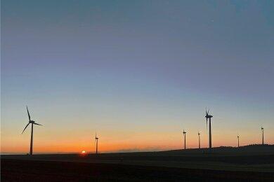 Windrad-Idylle im Osterzgebirge: An der Grenze zwischen Voigtsdorf und Dörnthal liegt der 700 Meter hohe Saidenberg. Der Blick von hier oben reicht bis Fichtel- und Keilberg. Der exponierte Berg gilt als eines der windträchtigsten Gebiete von ganz Sachsen. Doch wegen der gegen seinen Willen verlegten Gaspipelines fürchtet Windparkbetreiber Dirk Unger um die weiteren Entwicklungsmöglichkeiten - und auch um die Sicherheit.