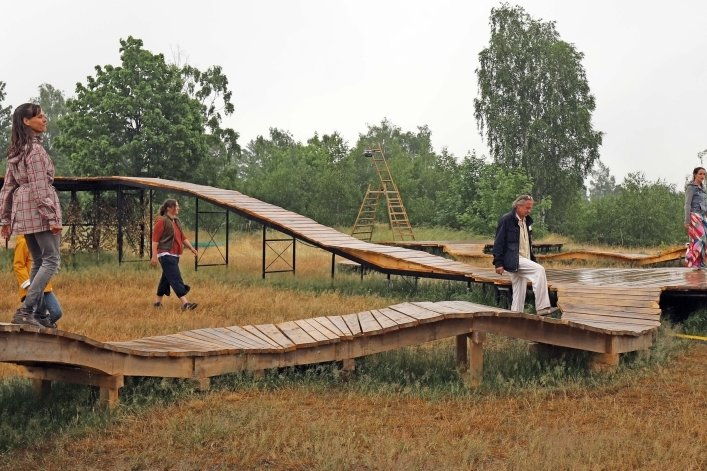 Aufgrund des Wetters mit heftigem Regen konnte das Schauspielensemble am Mittwoch nur eine kurze Szene in der Naturkulisse auf der Alten Elisabeth präsentieren.