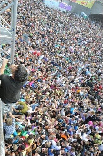 Nach der Katastrophe von Duisburg ist es für traumatisierte Teilnehmer der Loveparade wichtig, von Angehörigen und Freunden intensiven Beistand zu erfahren. Das Gefühl des kompletten Kontrollverlusts sei dabei das Schlimmste, berichten Experten.