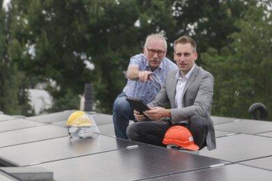 Dietmar und Norman Borchers bei der Inspektion der Photovoltaikanlage auf dem Dach der Gebäudetechnikfirma Wetabo an der Voigtstraße.