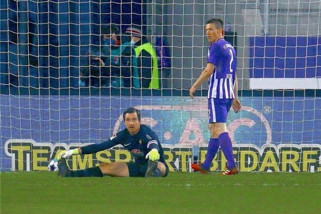 Der Ball liegt im Tor, Aues Torwart Martin Männel (li.) und Gaetan Bussmann sind bedient.