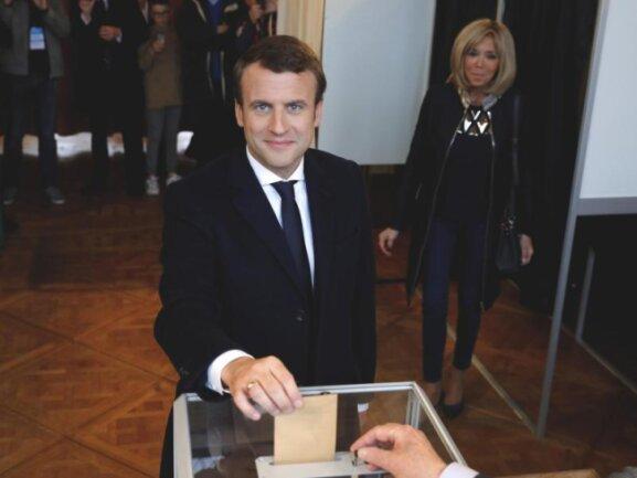 Emmanuel Macron gibt neben seiner Frau Brigitte im nordfranzösischen Le Touquet seine Stimme ab.