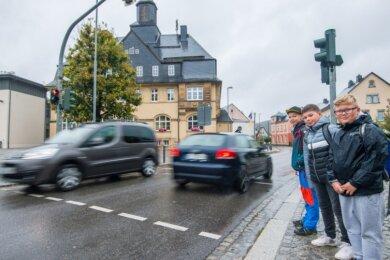 Seit 2014 gewährleistet die Fußgängerampel über die B 180 den Kindern der Burkhardtsdorfer Grundschule einen sicheren Schulweg, auch den von Bruno Meier, Finn Salevsky und Stan Darko Marton (v.l.) aus der 4b.