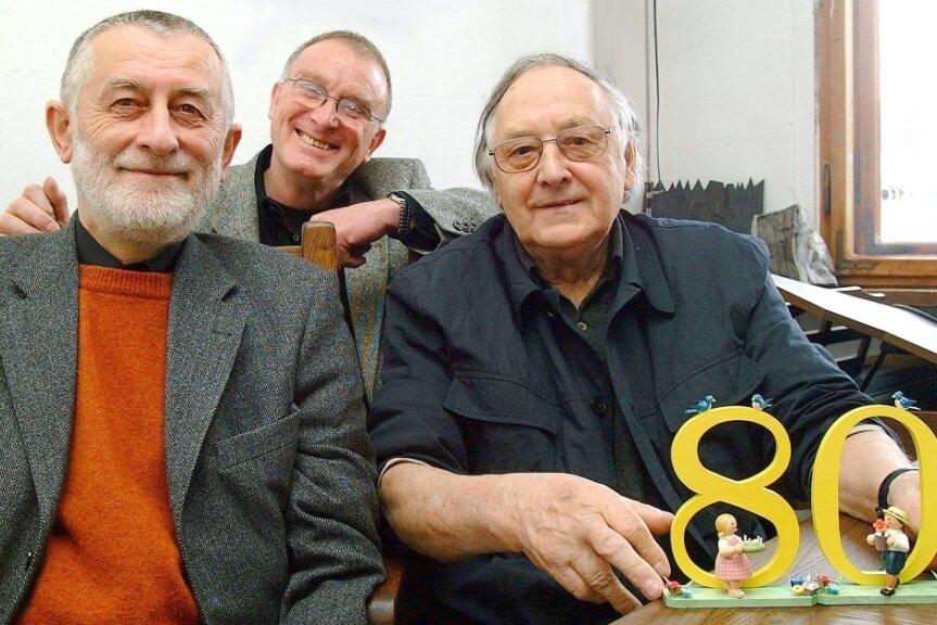 Zum 80. Geburtstag hatte Hans Brockhage (r.) viel Besuch. Professor Clauss Dietel (l.), Formgestalter aus Chemnitz, und Klaus Helbig, Intendant des Sommertheaters Plauen, gehörten zu den Gratulanten.