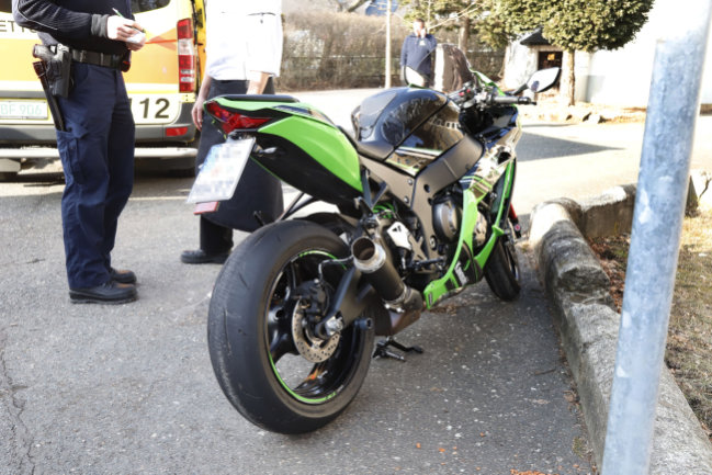Ein Motorradfahrer ist auf der Limbacher Straße in Röhrsdorf gestürzt