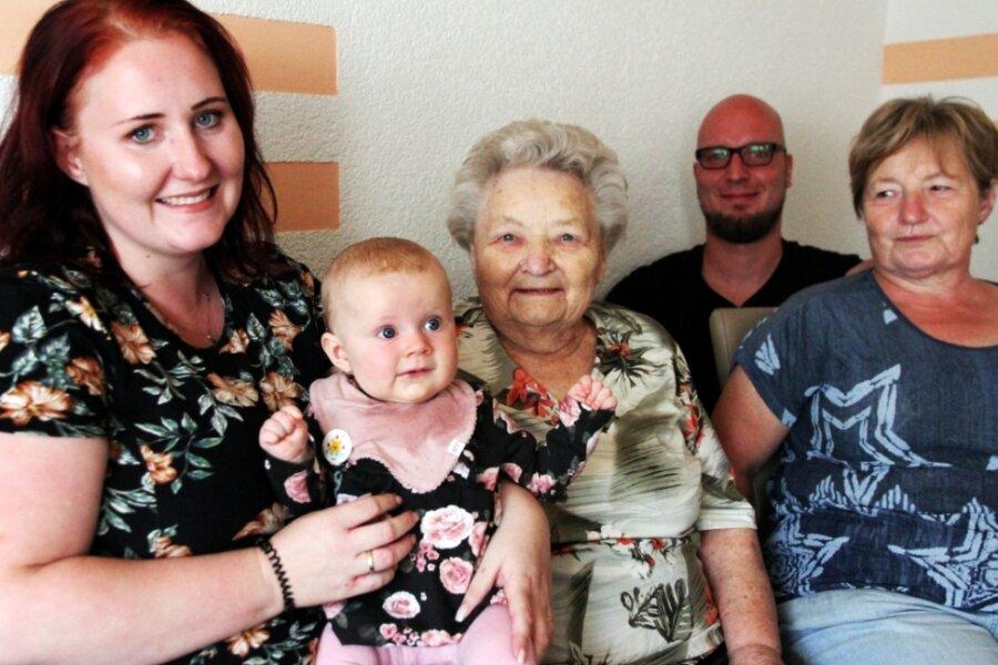 Helena ist fünf Monate jung, ihre Ur-Ur-Oma Annemarie Nestler schon 91 Jahre alt. Stolz auf beide sind HelenasEltern Lisa und Maximilian Hoppe. Auch Ur-Oma Marie Weißflog freut sich jedes Mal, wenn die vier Generationen in Lauter zusammenkommen.