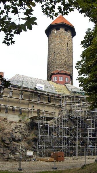 """<p class=""""artikelinhalt"""">Eine neue Ansicht bietet sich dem Betrachter am Fuße des Auerbacher Wahrzeichens. Der Fels, auf dem der Schlossturm steht, wurde freigelegt. </p>"""