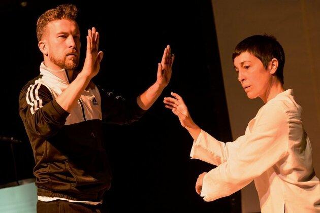 Gegen die Wand: Rapper (Johann-Christof Laubisch) und Tänzerin (Martina Morasso) suchen ihren Rhythmus mit sich und der Welt.