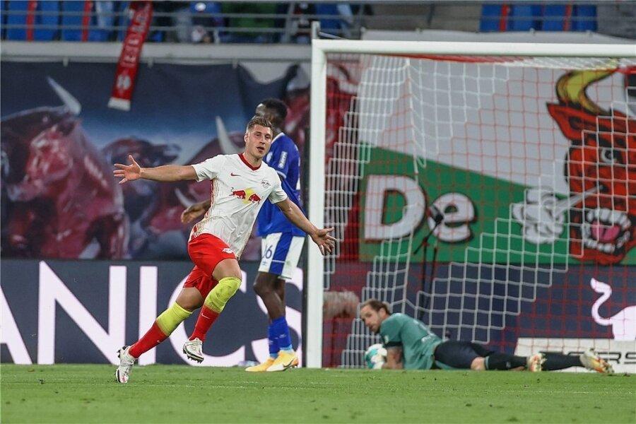 Willi Orban jubelt über seinen Treffer zum zwischenzeitlichen 3:0. Der gebürtige Chemnitzer Ralf Fährmann kann die Kugel nur noch aus dem Netz holen.