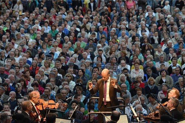 Rund 5000 Menschen erlebten am Freitagabend auf dem Theaterplatz die Aufführung von Ludwig van Beethovens 9.Sinfonie unter der Leitung von Generalmusikdirektor Guillermo García Calvo.