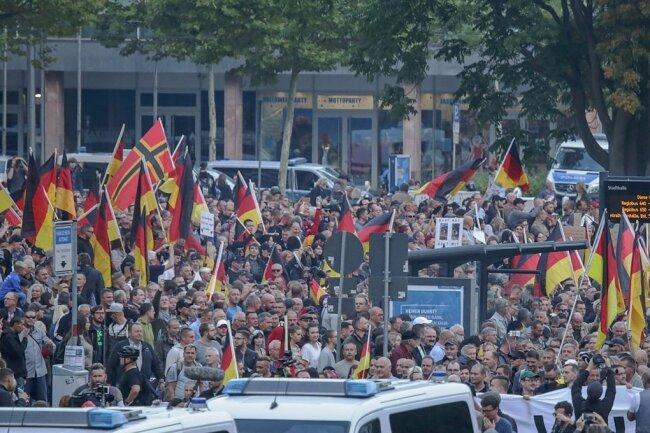 Einem Aufruf von Pro Chemnitz folgten zur gleichen Zeit etwa 2300 Menschen. Viele Teilnehmer waren von außerhalb angereist. Foto: Toni Söll