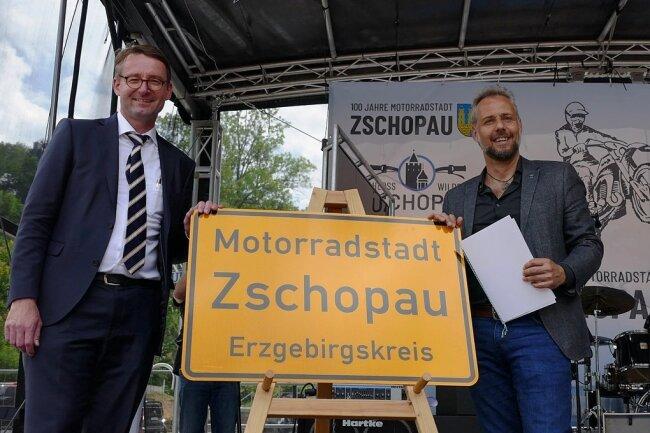 Sachsens Innenminister Roland Wöller (l.) und Zschopaus Oberbürgermeister Arne Sigmund enthüllten das Schild mit dem neuen Titel.