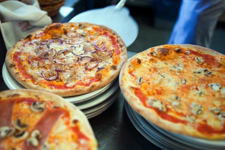 Der Täter forderte vom Pizzaboten Bargeld.