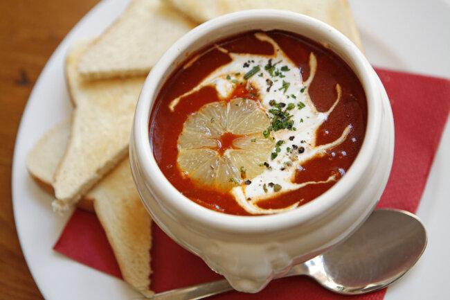 Eine Soljanka, die ukrainische Wurstsuppe mit Paprika, sauren Gurken und Zwiebeln. Die Soljanka gehört zu den beliebtesten ostdeutschen Gerichten.
