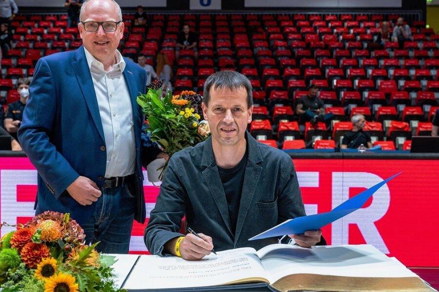 Im Beisein von OB Sven Schulze (links) trug sich Torsten Loibl ins Golde Buch ein.