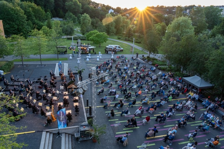 Bei der Open-Air-Klassik-Nacht in Reichenbach hielten Musiker und Publikum Abstand, waren sich aber dennoch nah.Foto: David Rötzschke