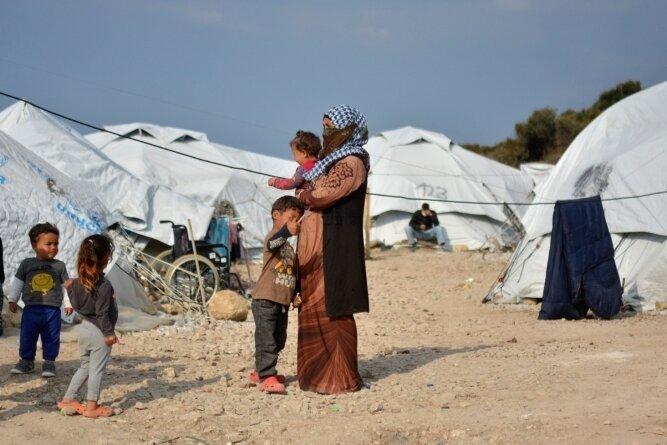 Eine Frau steht mit vier kleinen Kindern im Flüchtlingslager Kara Tepe in der Nähe von Mytilini auf Lesbos. Auch auf diese griechische Insel sollen die Hilfslieferungen aus St. Egidien gebracht werden.