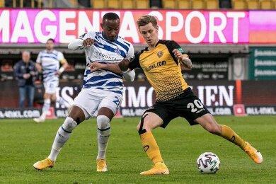 Rückkehrer Julius Kade (r.), der hier den Ball vor Leroy-Jacques Mickels sichert, überzeugte in der letzten Saison mit seiner Zweikampfstärke. Die kann Dynamo gut gebrauchen. Kade erhielt einen Vertrag bis Juni 2024.