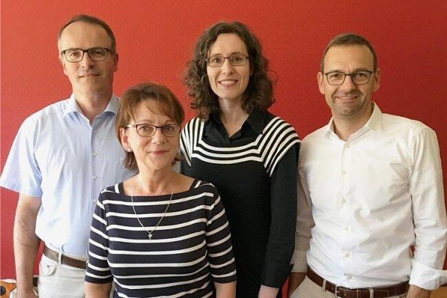 Am Telefon (v.l.n.r.): Notar Stephan Schmidt, Pirna; Heike Herzberg, Jugendamt Dresden; Notarin Carla Kühne, Neustadt; Rechtsanwalt Frank Simon aus Dresden.