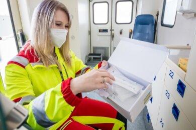 Jedes Mal, bevor Linda Jilek von den Rett-Erz mit dem Corona-Testmobil losfährt, prüft sie, ob ausreichend Schnelltests an Bord sind.